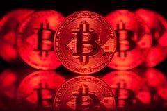 Fünf virtuelle Münzen Bitcoins auf Leiterplatte Stockbilder