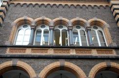 Fünf wölbten Fenster eines historischen Gebäudes in Bonn in Deutschland Stockfotografie