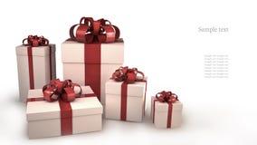 Fünf weiße Geschenkkästen mit Farbbändern und Bögen Lizenzfreie Stockfotos