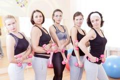 Fünf weibliche kaukasische Athleten, die mit Barbrells stehen lizenzfreie stockbilder