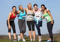 Fünf weibliche Läufer, die für Rennen ausbilden lizenzfreie stockfotografie