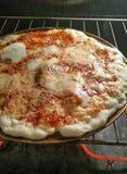 Fünf-weitere Minute-Pizza im Ofen Stockfoto