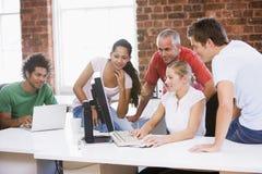 Fünf Wirtschaftler in den Büroräumen stockfotos