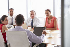 Fünf Wirtschaftler, die Sitzung im Sitzungssaal haben Lizenzfreie Stockfotografie