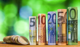 Fünf, zehn, zwanzig, fünfzig und hundert Euro rollte Rechnungen bankn Stockfotos