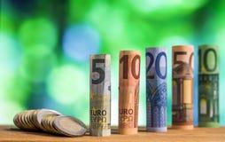 Fünf, zehn, zwanzig, fünfzig und hundert Euro rollte Rechnungen bankn Stockfotografie
