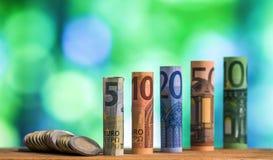 Fünf, zehn, zwanzig, fünfzig und hundert Euro rollte Rechnungen bankn Stockbild