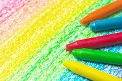 Fünf Zeichenstifte und Zeichnung des Regenbogens. Stockbilder
