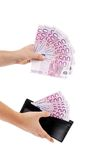 Fünfhundert Euroanmerkungen in der Hand und Geldbeutel. Lizenzfreies Stockfoto
