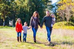Fünfköpfige Familie draußen Lizenzfreies Stockfoto