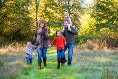 Fünfköpfige Familie draußen Stockbilder