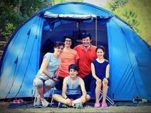 Fünfpersonenfamilie mit drei Kindern mit Campingzelt Stockbilder