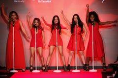 Fünfte Harmonie führt an der Rollbahn am Gehungs-Rot für Frauen-rote Kleidersammlung 2015 durch Lizenzfreies Stockfoto