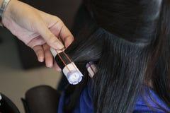 Fünfter Schritt der Rolle das Haar beim Perming lizenzfreie stockfotografie