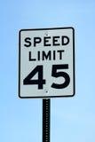 Fünfundvierzig MPH-Höchstgeschwindigkeitszeichen Stockfoto