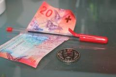 Fünfundzwanzig Schweizer Franken und roter Stiftabschluß oben Stockbild