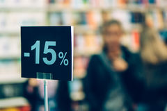 Fünfzehn-Prozent-Rabatt in der Buchhandlung Lizenzfreies Stockfoto