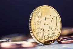 Fünfzig-Cent-Münze auf dem Rand Fokus auf Seil Fünf, 10 und fünfzig Eurobanknoten Euromünzen gestapelt auf einander in den versch Stockbild