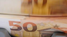 Fünfzig-Euro-Rechnungen erhalten automatisch gezählt stock video footage