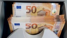 Fünfzig-Euro-Rechnungen werden verarbeitet, indem man Ausrüstung zählt stock video footage