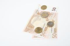 Fünfzig Euroanmerkungen lockerten zurück mit verschiedenen Euromünzen auf Stockbild