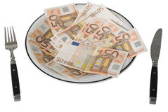 Fünfzig Eurobanknoten auf einer Platte Stockbild