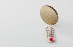Fünfzig Eurocent und Thermometer Stockfoto
