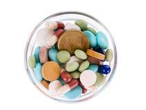 Fünfzig Eurocents im Saucer voll der Pillen Lizenzfreie Stockbilder