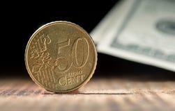 Fünfzig Eurocents schließen oben auf schwarzem Hintergrund Stockbilder