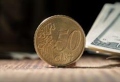 Fünfzig Eurocents schließen oben auf schwarzem Hintergrund Stockfoto