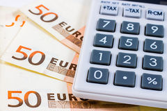 Fünfzig Eurorechnungen und ein Taschenrechner Lizenzfreies Stockbild