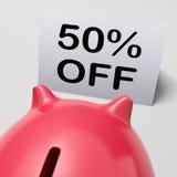 Fünfzig Prozent vor Sparschwein zeigt die Förderung 50 halben Preises Lizenzfreies Stockbild