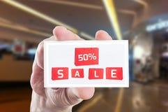 Fünfzig Prozent weg vom Preisverkaufs-Kartenkupon Stockfotografie