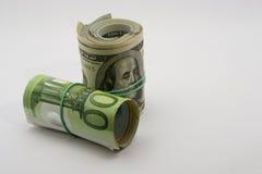 Fünfzig und hundert Eurobanknoten in den Rollen auf weißem Hintergrund Lizenzfreie Stockfotos