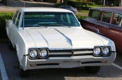 fünfziger Jahre cremefarbene antike Oldsmobile-Limousine Stockfoto