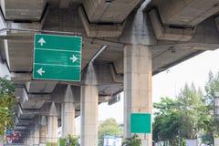 Für das Richtungszeichen installiert neben der Straße Lizenzfreies Stockbild