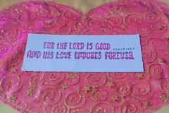 Für den Lord ist gut und seine Liebe hält für immer durch Psalm 100 5 im Christentums-Bibelvers aus; Christliche Kunst als Fotogr Lizenzfreies Stockbild