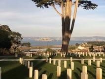 Für die, die achtbar dienten, nationaler Friedhof, Presidio San Francisco; für die, die unehrenhaft Zeit dienen müssen, Alcatraz Lizenzfreie Stockfotos