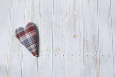Für Grußkarten Handgemachtes kariertes Herz des Gewebes auf einem Holztisch Draufsicht mit Kopienraum stockbild