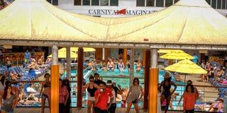 Für jeden Körper genießen Sie Ferienkarnevals-Kreuzfahrtlinie lizenzfreie stockfotos