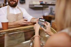 Für Leser des Kaffees mit Kreditkarte zahlen stockfotos