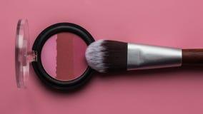 Für Make-up Heller Schatten mit Bürste auf einem rosa Hintergrund Lizenzfreie Stockfotografie