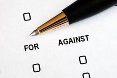 Für oder gegen Konzepte des Treffens einer Entscheidung stockfoto