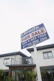 Für Verkaufs-Zeichen außerhalb des Hauses Stockfotos