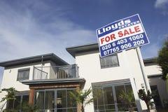 Für Verkaufs-Zeichen außerhalb des neuen Hauses Stockbilder