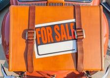 Für Verkaufszeichenstock auf brauner reisender Ledertasche tragen Sie hinten Stockfotografie