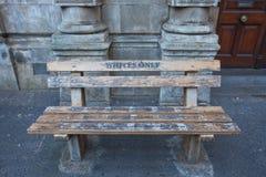 Für Weiß nur - eine Bank in Kapstadt Stockbilder