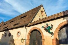 Fürstliche Ställe mit Froschskulptur, Schloss Buedingen, Deutschland Lizenzfreies Stockfoto