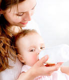 Fütterungsbaby lizenzfreie stockbilder