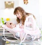 Fütterungsbaby der glücklichen Mutter Stockfotos